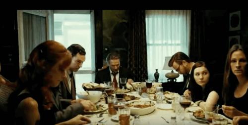 Familj som äter vid middagsbordet.