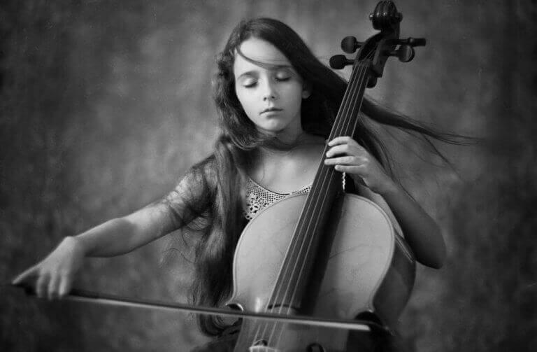 Flicka som spelar cello.