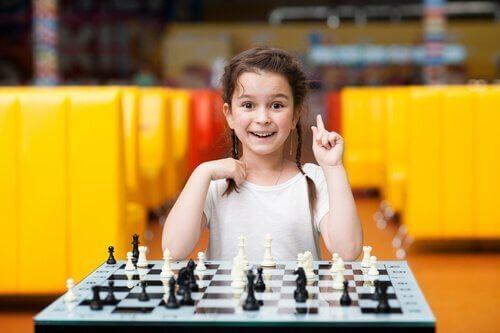 Flicka som spelar schack.