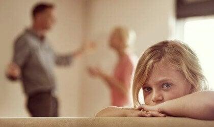 Föräldrar som bråkar framför dotter.