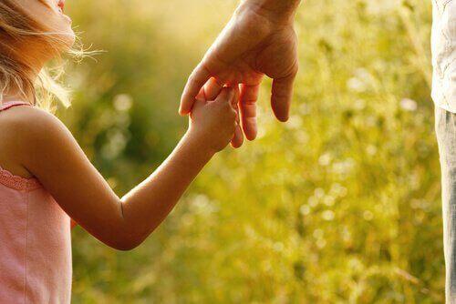 Flicka håller hand