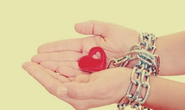 Händer kedjade till ett hjärta