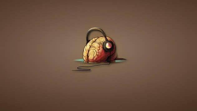 Hjärna med hörlurar.