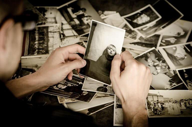 Hög med gamla foton.