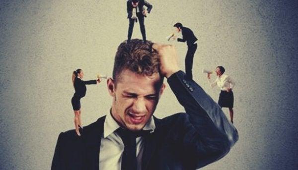 Man trakasseras av kollegor