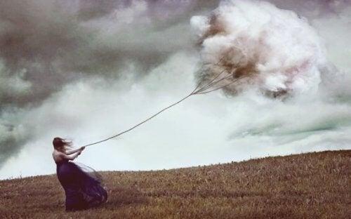 Kvinna som drar moln