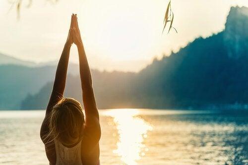 Kvinna gör yogaställningen Urdhva Hastasana