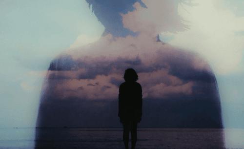 Siluett av kvinna vid havet