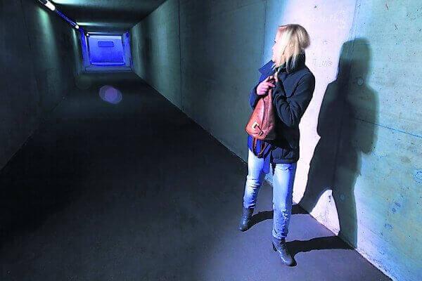 Kvinna i tunnel känner sig paranoid