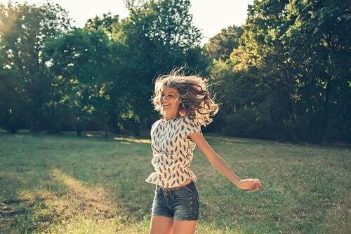 Ung kvinna lycklig i naturområde