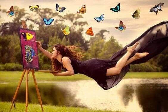 Svävande kvinna målar