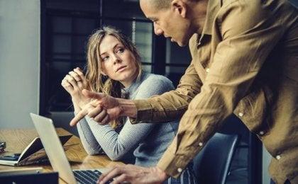 Narcissistiska kollegor: en giftig & improduktiv arbetsplats