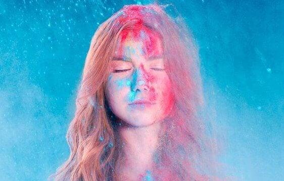 Ung kvinna med färg i ansiktet