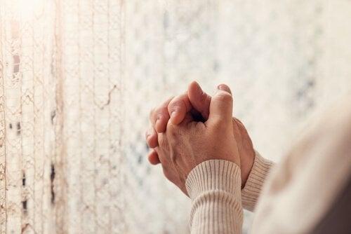 Kvinna med knutna händer.