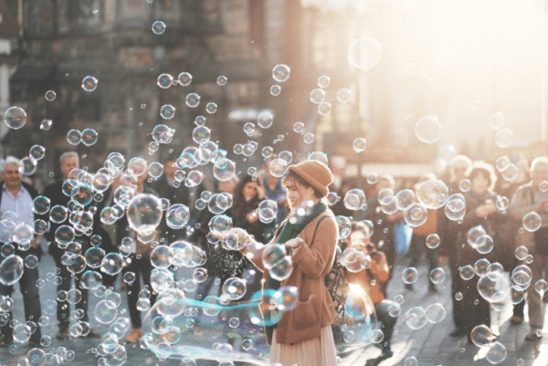 Kvinna bland såpbubblor