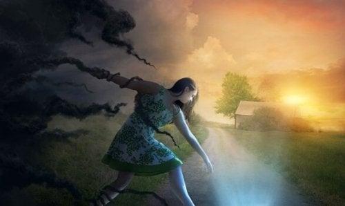 Kvinna mellan mörker och ljus.