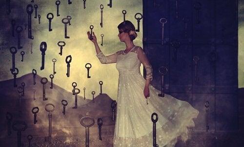 Kvinna omgiven av nycklar.
