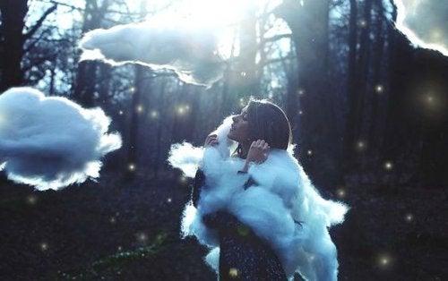 Kvinna som är omgiven av moln.