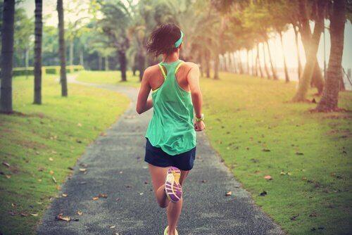 Kvinna som springer utomhus
