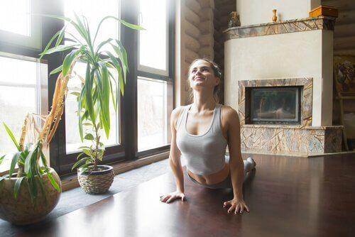 Kvinna gör yogaställningen Urdhva Mukha Svanasana