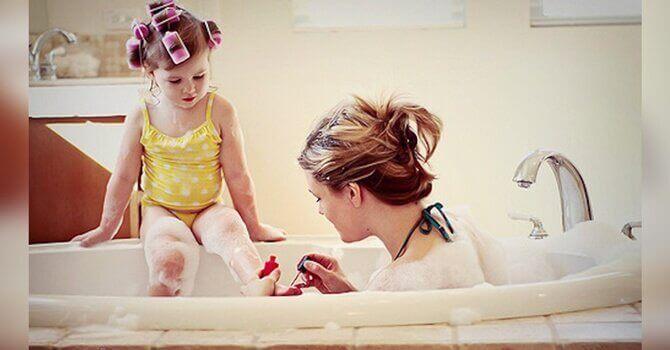 Mamma i badet med sitt barn.
