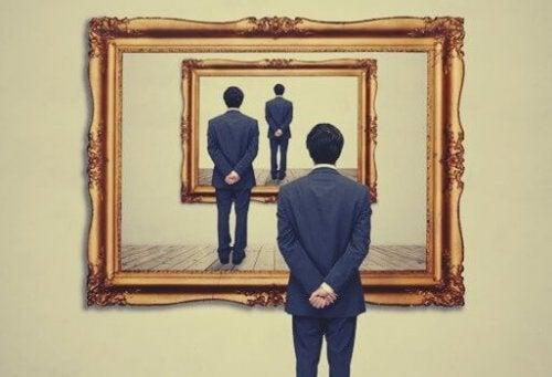 Man framför spegel.