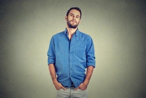 Man med blå skjorta.