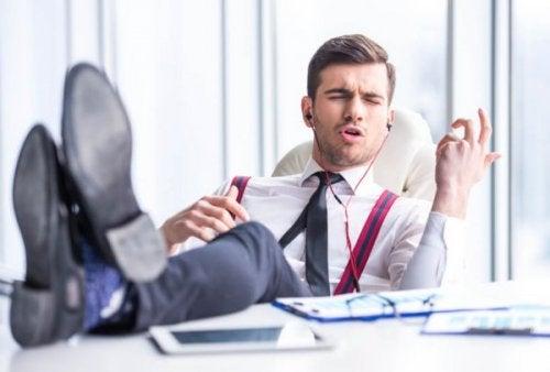 Narcissistiska kollegor gör arbetsplatsen improduktiv.