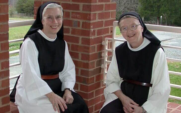 Nunnor som sitter tillsammans.