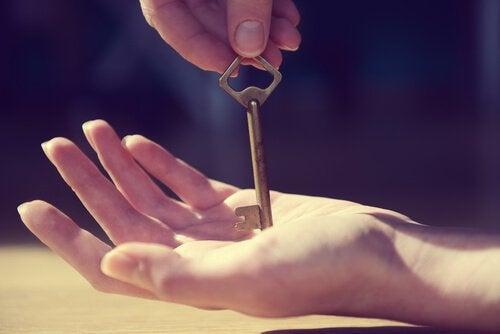 Nyckel i händerna.