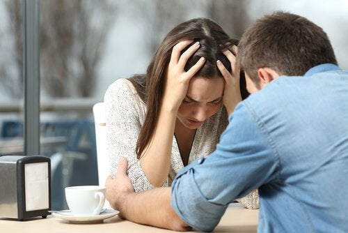 Par som bråkar på ett café