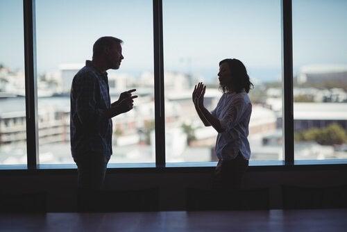 Par som grälar vid fönster