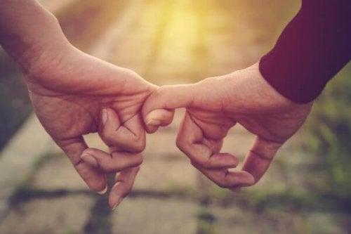 Par som håller varandra i fingrarna