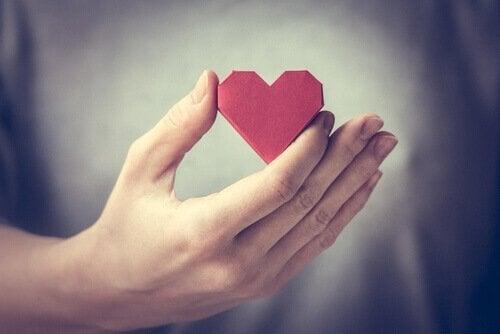 Person som håller ett hjärta i handen.
