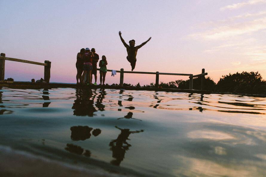 Person som hoppar i vattnet.