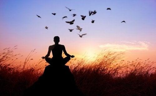 Person som mediterar.