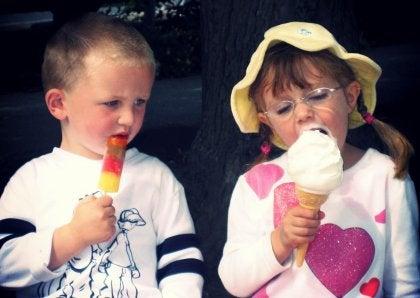 Pojke med liten glass avundsjuk på en flicka med stor glass
