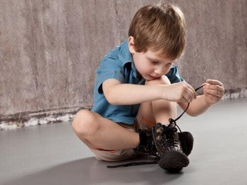 Pojke som knyter skor.
