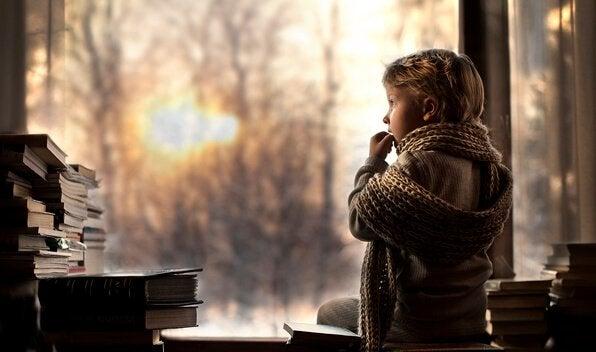 Pojke som tittar på böcker.