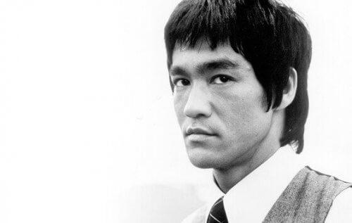 Porträtt av Bruce Lee.