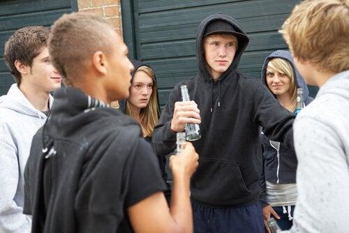 Tonåringar som dricker.