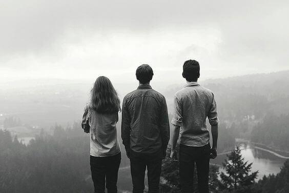 Tre vänner svartvitt foto.