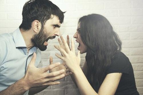 Två personer som grälar.