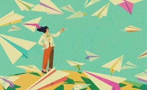 Kvinna bland pappersflygplan