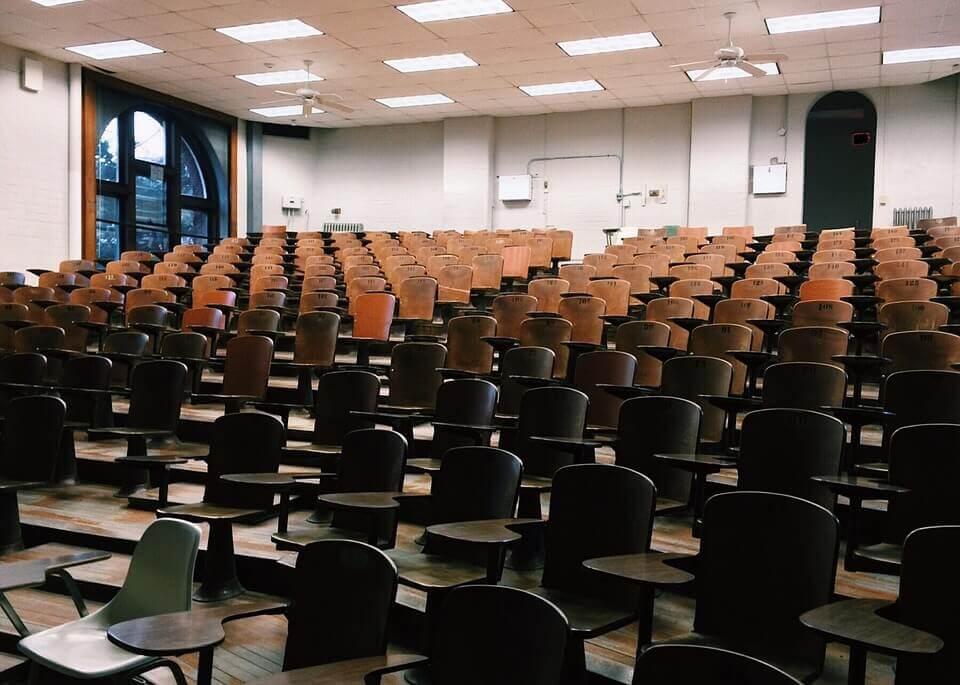 Klassrum med stolar