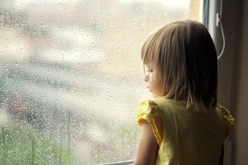 Barn vid fönster