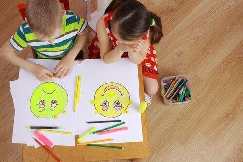 Barn ritar ansikten