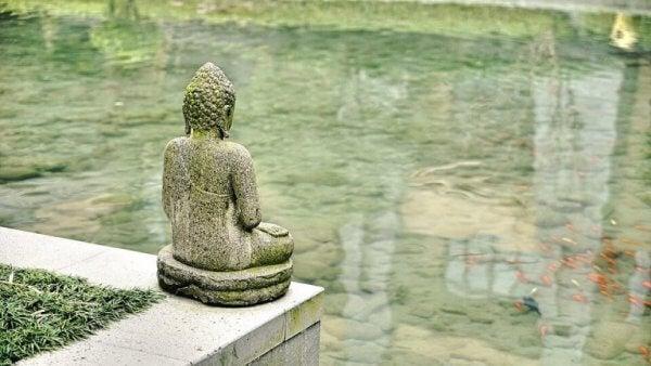 Buddhastaty vid vatten