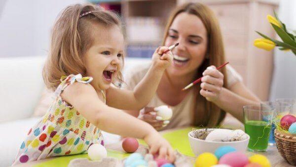 Flicka målar påskägg