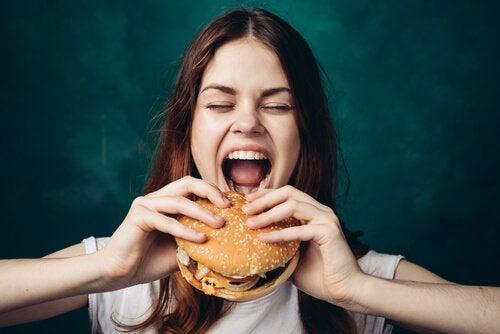 Kvinna med hamburgare